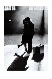 1099832~Pareja-dandose-un-beso-de-despedida-en-la-estacion-de-tren-Posters