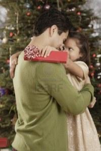 16096250-padre-e-hija-abrazando-hispana-en-navidad