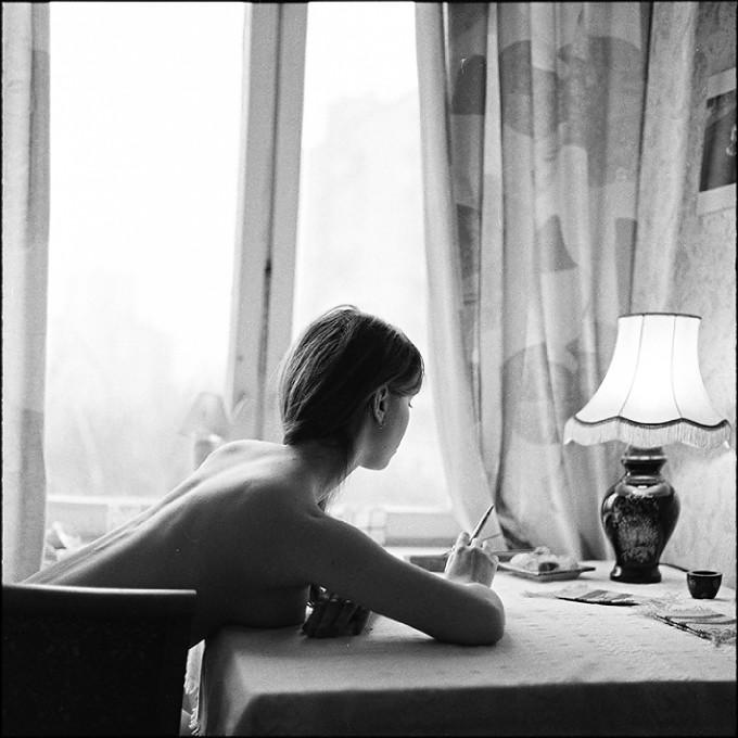 mujer desnuda escribiendo carta