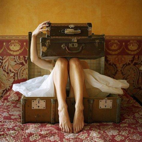 Elene Usdin.. mujer entre maletas